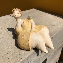 Figur, dame m. gul kjole og fugl på armen