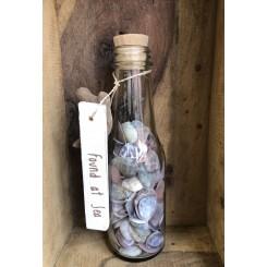 Flaske med skaller og skilt, mørke muslingeskal uden riller