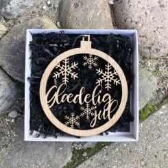 Julekugle med snefnug og tekst, ophæng i træ
